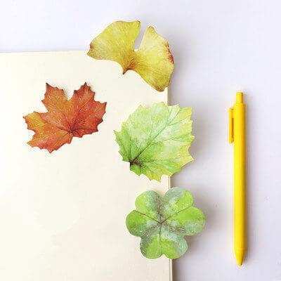 notas adhesivas con forma de hojas